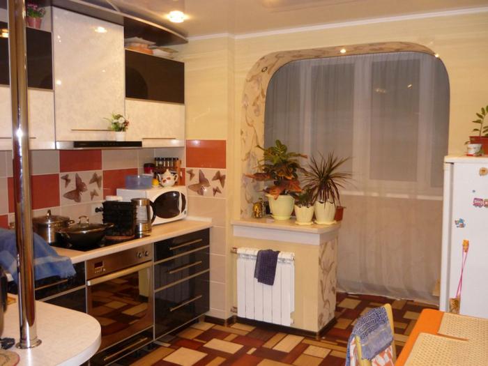 Кухня с балконом - арка
